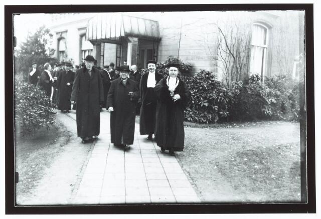 051944 - Hoger Voortgezet Onderwijs. R.K. Handelshogeschool te Tilburg. Het eerste bezoek van de Aartsbisschop aan de R.K. Handelshogeschool te Tilburg. Bij het verlaten van de gebouwen fotografeerden wij v.l.n.r. Z.H.Exc.  Mgr. Diepen; bisschop van Den Bosch, mgr. Jansen; Aartsbisschop van Utrecht en geheel rechts prof. dr. Martinus J.H. Cobbenhagen; rector magnificus.