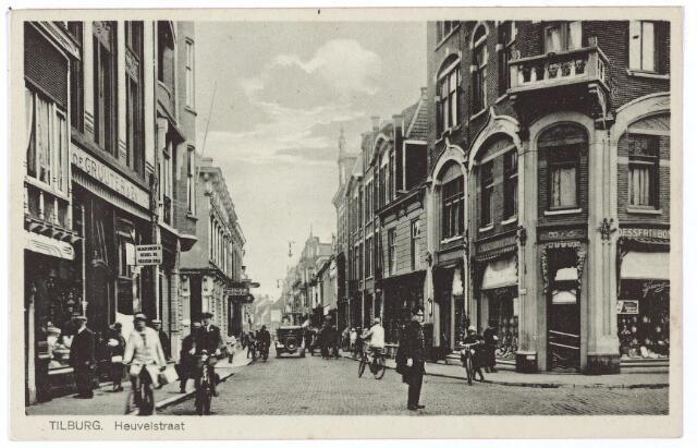 001182 - Verkeersagent in de Heuvelstraat, hoek Oude Markt.