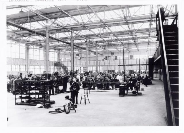 038526 - Volt. Zuid. De gereedschapmakerij, toen ook nog wel machinefabriek genoemd in 1933. Locatie gebouw M (noordzijde) complex Zuid.Later werd ook wel de naam mechanische werkplaats gebruikt.Foto uit gedenkboek afscheid van Dhr. Anninga directeur.Voltstraat was toen Nieuwe Goirleseweg genaamd.