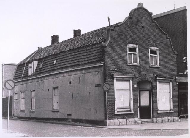 024768 - Karakteristiek pand op de hoek Korvelseweg - Diepenstraat anno 1973