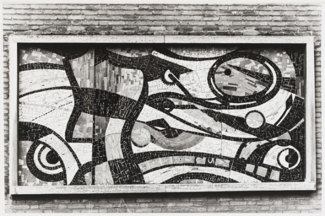 068068 - Non-figuratief MOZAÏEK uit 1957 van Jan DIJKER (Den Helder 1913 - Moergestel 1993). Vervaardigd in opdracht van het vooprmalige bedrijf Zuid Nederlandse Kledingfabriek n.v., bij gelegenheid van de bouw van het pand in de Stedekestraat 27. In het mozaïek, aangebracht in de voorgevel, zijn onopvallend kleermakers-attributen verwerkt, o.a. schaar, centimeter, raderwiel.  Trefwoorden: Kunst, openbare ruimte, bedrijven
