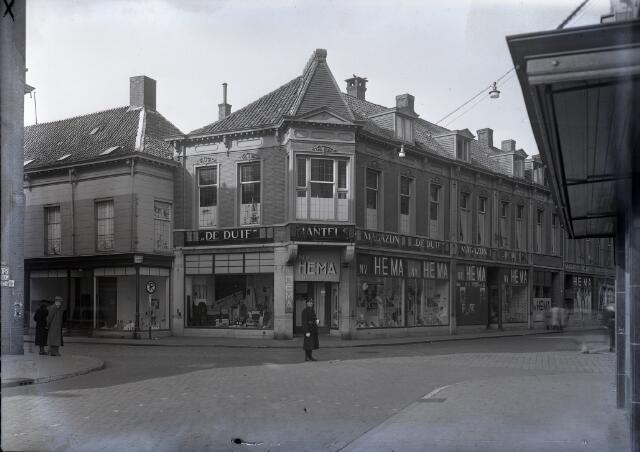 650585 - Schmidlin. Magazijn De Duif was gevestigd op de hoek van de Willem II-straat en de Heuvelstraat (links). In 1947 was hier de Hema tijdelijk gevestigd.