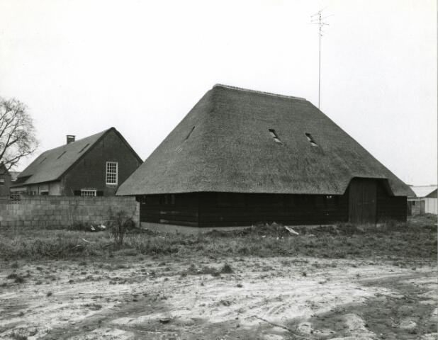 083101 - Restauratie Tongerlose Hoef. Een van de bedrijfsgedeelten met op de achtergrond het woongedeelte.