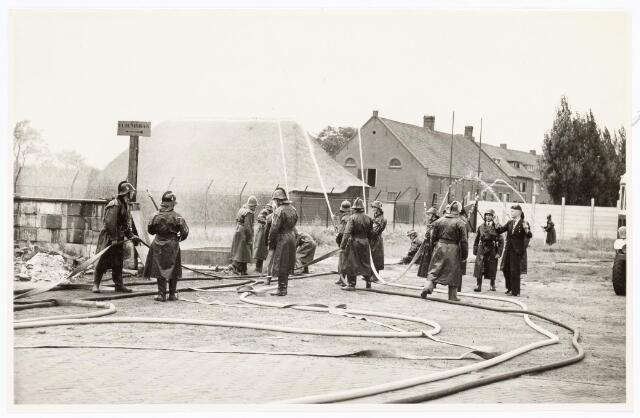 039453 - Volt, Zuid. Hulpafdelingen. Brandweer oefening in 1948 aan de Groenstraat hoek Radiostraat op het Volt complex Zuid.        .