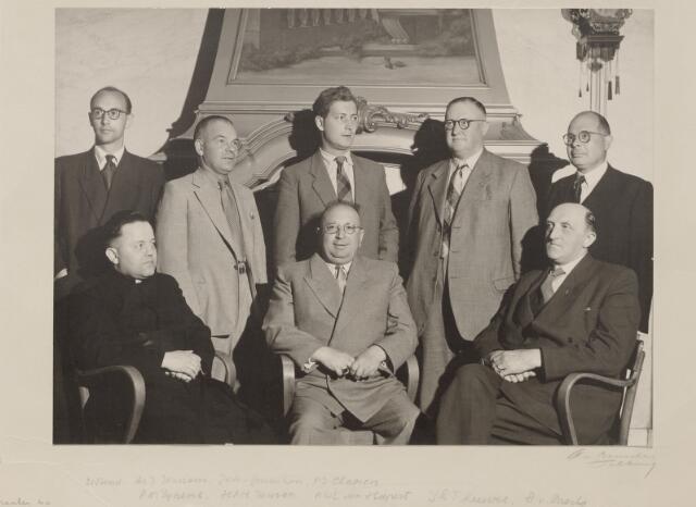 044163 - Foto van het bestuur van de R.K. Vereniging van werkgevers in de Brabantse Steenindustie ter gelegenheid van het 25-jarig bestaan van de vereniging (1928-1953) Zittend v.l.n.r. rector dr. J. Janssens geestelijk adviseur, J.M.A. van Ginneken voorzitter en A.J. Claesen vice-voorzitter. Staande v.l.n.r. A.M. Eijkens adjunct-secretaris, H.P.H. Janssen,  A.W.L.M.  van Hapert, penningmeester J.L. Theeuwes en A. van Mierlo. De foto werd genomen voor de schouw in de bestuurskamer van Bureau Van Spaendonck aan de Willem II-straat. De secretaris van de vereniging, mr. B.J.M. van Spaendonck, ontbreekt op deze foto. De op deze foto aanwezige A. van Mierlo is de vader van Hans van Mierlo (D'66)