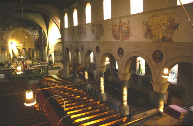 656545 - Sloop van de Lovense kerk (Willibrordus  kerk) in 1999-2000. Te zien is de kerk van binnen met de kerkbanken.