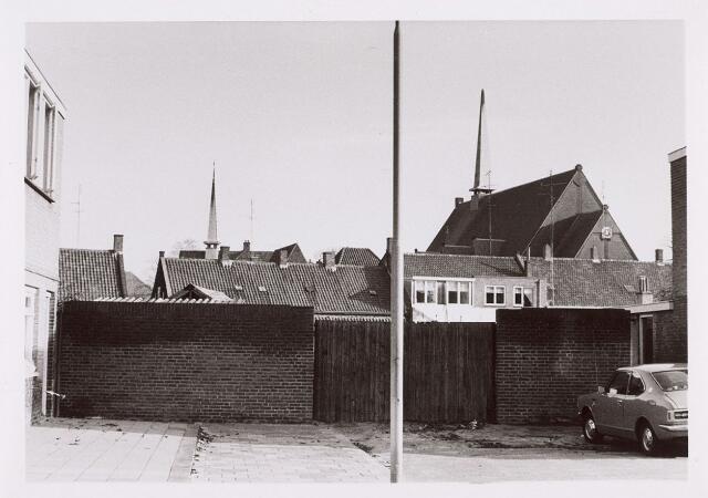 014226 - Het eind van de St. Andreasstraat. Rechts op de achtergrond de kerk van de paochie Groeseind aan de Hoefstraat en links daarvan het nonnenklooster