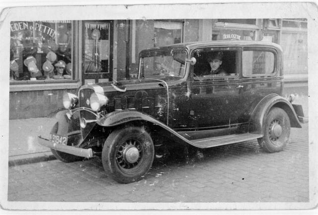 048423 - Max van Lieshout in de auto van zijn vader, bakker H. van Lieshout.