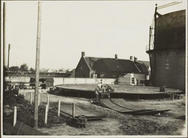 104596 - Energievoorziening. Nieuwbouw Gasfabriek Oosterhout. Het klinken van de nieuwe bodem voor de nieuwe gashouder.