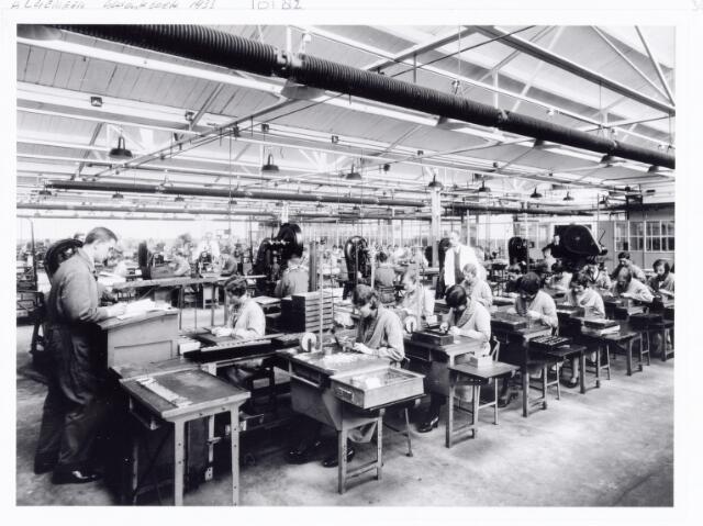 038534 - Volt. Zuid. Fabricage. Productie. Voorbewerking van enkelvoudige condensatoren in 1933. Locatie shedbouw C aan de Voltstraat (toen nog Nieuwe Goirleseweg). Foto uit gedenkboek afscheid van Dhr. Anninga directeur.