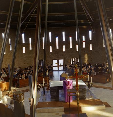 1237_012_980_006 - Kerk. Religie. Architectuur. Uitvaart in de Pastoor van Arskerk aan de Beneluxlaan in december 1972.
