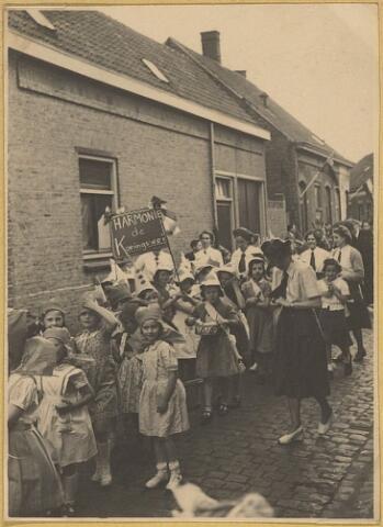 604069 - Koningswei, Tilburg. Optocht door de wijk met het spandoek: 'Harmonie de Koningswei' gedragen door kinderen uit de wijk, bij de ingebruikname van het Wijkhuisje.