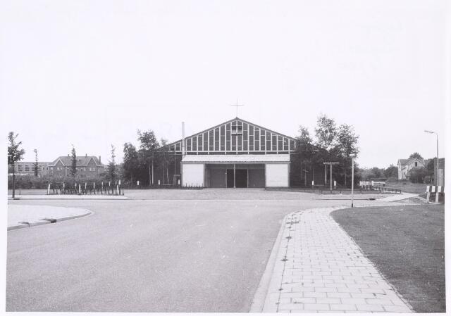 016801 - R.K. Petrus en Paulus-kerk aan de Burgemeester Rauppstraat 46, nabij de oude spoorweg naar Turnhout. In gebruik genomen in 1957 en gesloopt in 1970. Architect was Jan Strik te Boxtel.
