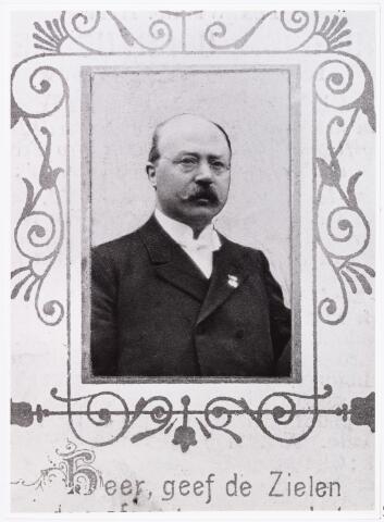 007461 - Bidprentje. Edmundis Hubertus ('Edmond') MEELIS werd op 22 mei 1856 te Tilburg geboren als zoon van Gerardus Meelis en Adriana Cornelia Blaisse. Hij trouwde met Clara Maria de Ruyter (geb. 24 april 1860 te Breda). In 1907 vierde hij zijn zilveren ambtsjubileum als hoofdcommies ter gemeentesecretarie van Tilburg. Van 1891 tot aan zijn dood in 1910 was hij amanuensis van het College van Regenten over de Armen. In augustus 1882 volgde hij Joannes Vrancken op als redacteur van de Tilburgsche Courant. Onder pseudoniem E. van Lindeburg schreef hij in de Tilburgsche Courant in 1887 en 1888 Verspreide stukken uit de geschiedenis van Tilburg. Zijn belangrijkste publikatie is het boek Uit Tilburg's verleden. Losse schetsen uit de geschiedenis van Tilburg, dat circa 1900 uitgegeven werd door drukkerij W. Bergmans te Tilburg. Meelis was ook lid van het kerkbestuur van de parochie St. Anna en hij werd begiftigd met de erekruizen Pro Ecclesia et Pontificie en Bene Merenti. Hij overleed op 17 november 1910 te Tilburg. In 1987 werd in de wijk Hasselt het Edmond Meeliserf naar hem genoemd.