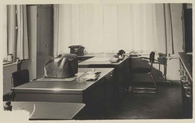 058707 - Interieur secretarie gemeentehuis. Ingebruik genomen op 6 september 1952 na de verbouwing.