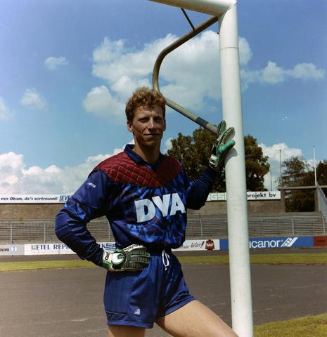 1237_010_672-4_002 - Roland Jansen keeper Willem ii. ('s-Hertogenbosch 24 September 1967) Jansen begon met voetballen bij amateurclub Hertogstad in 's-Hertogenbosch. Na zijn aankomst bij Willem II haalde toenmalig trainer Piet de Visser hem na een jaar bij de selectie. Na zijn actieve sportloopbaan, bleef Jansen werken in de voetbalwereld. Hij is van 1 januari 2007 tot en met 30 juni 2009 als keeperstrainer verbonden aan RBC Roosendaal. Jansen combineert dit met zijn werk als keeperstrainer in de jeugdopleiding van Willem II, waar hij begon in 2006.  Jansen stond na zijn laatste profcontract nog twee jaar in het doel bij amateurclub Kozakken Boys. Hij is een gediplomeerd makelaar. Voor hij profvoetballer werd, rondde hij ook de Academie voor Lichamelijke Opvoeding af, maar gaf nooit les. (Bron Wikipedia)