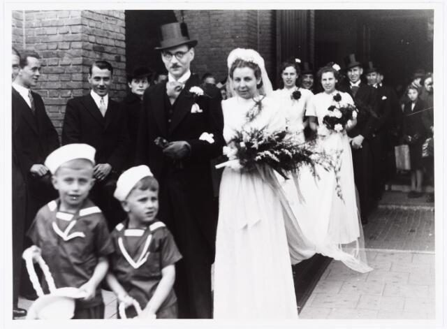 007266 - Alb.F.W.M. Kneepkens (apotheker) en Riet H.C. de Pont. Huwelijksinzegening op 2 mei 1942 te 10.00 in de kerk van het Heilig Hart Noordhoek Tilburg.