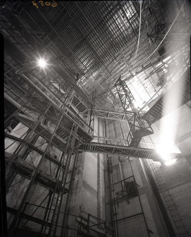 653728 - Cultuur. Interieur van de Schouwburg. Decortoren in aanbouw.