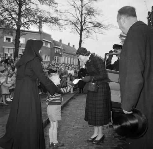 050580 - Koninklijke bezoek. Prinses Irene wordt verwelkomd door een non met leerling,  t.g.v. de onthulling van het Irene Brigade monument.
