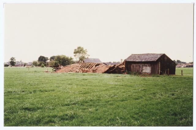 063571 - Door de storm van 12 juli 1984 ging een schuur ten onder