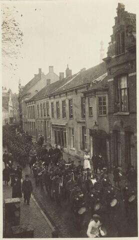 021841 - Gemobiliseerde militairen trekken door de Zomerstraat, thans Heuvelstraat,  omstreeks 1914