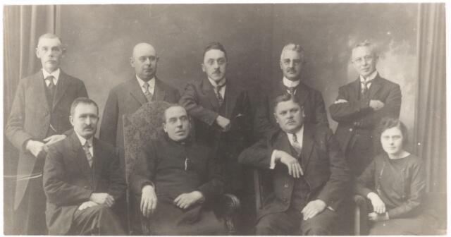 052280 - Bestuur Tilburgsche R.K. Volksuniversiteit Kl. Academie. V.l.n.r: F. Lepelaars, P.C. de Brouwer, J.H. Horvers, Mw Meijs. Tweede rij v.l.n.r: G. Bolsius, G.L.J. Eras, A. van Delft, J.K. Mercx en W. Didden.