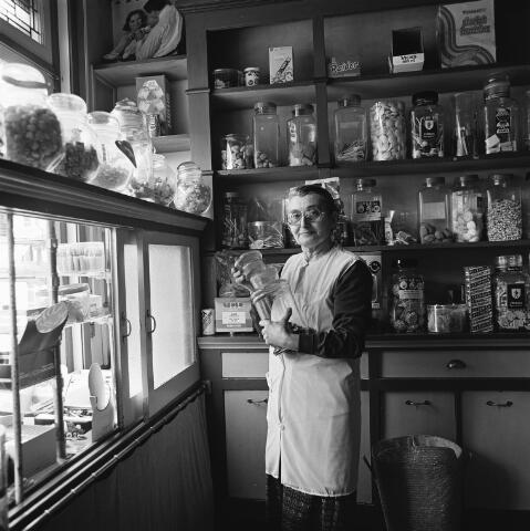 072446 - Portret van Jana Hoogendoorn in haar kruidenierswinkeltje in de Dorpsstraat in Goirle.