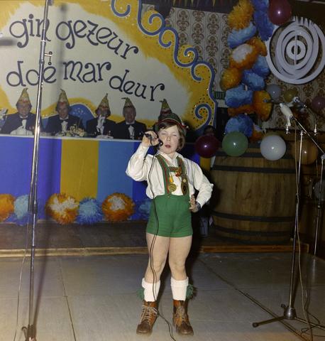 1237_011_825_006 - Ballefruttersgat. Feest. Optreden tijdens carnaval in Goirle in februari 1975.