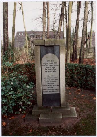 017499 - Tweede Wereldoorlog. Oorlogsslachtoffers. Gedenksteen ter herinnering aan de slachtoffers van de Tweede Wereldoorlog op de Joodse begraafplaats aan de Delmerweg