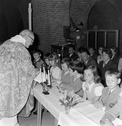 1237_012_983-3_002 - Religie. Kerk. Communicanten. De eerste Heilige Communie in de Maria Boodschap kerk in Goirle in mei 1971.