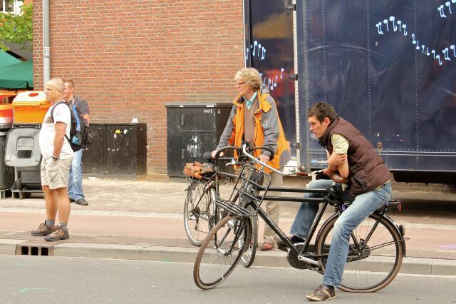 651088 - Tilburgse kermis. Mannen met rijwielen tussen de benen