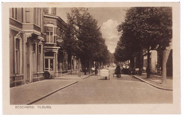 002674 - Bosscheweg, nu Tivolistraat, in noord-oostelijke richting. Links de ingang van de Veemarktstraat. Midden op de weg enkele stootkarren.