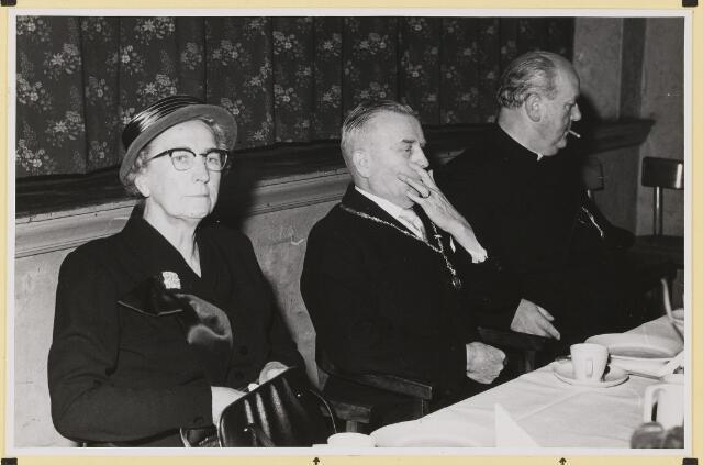 072891 - Afscheid burgemeester J.H. Bardoel.  Koffietafel in café-restaurant J. de Brouwer- Smolders. Het echtpaar Bardoel Schreppers met pastoor v.d. Boogaard