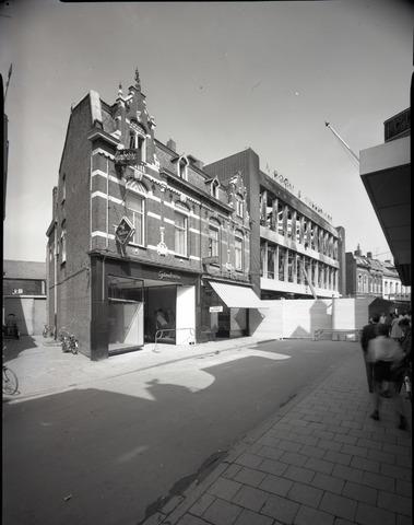 653849 - Pand van V&D na de brand in 1965. Links de panden van Termeer en Gimbrere.