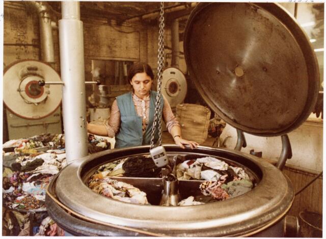 038129 - Textielindustrie. Interieur van de Firma Wolkat, lompengroothandel.