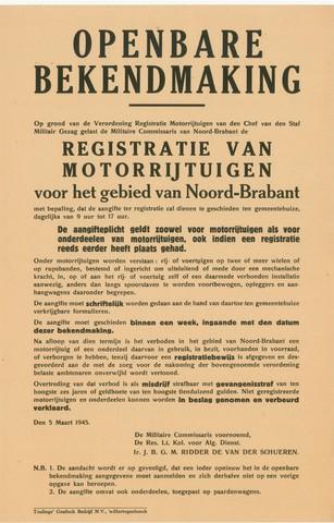 1726_019 - Affiche Tweede Wereldoorlog.   Openbare bekendmaking op grond van de verordening registratie motorrijtuigen van de chef van de staf Militair Gezag gelast de Militaire Commissaris van Noord-Brabant de registratie van motorrijtuigen voor het gebied van Noord-Brabant.   Vanaf de bevrijding in 1944 tot het aantreden van het kabinet Schermerhorn-Drees in juni 1945, werd het overheidsgezag in Tilburg uitgeoefend door het Militair Gezag.  Indien voertuigen niet binnen een week schriftelijk zijn aangegeven is men in overtreding.   Ondertekend op 5 maart 1945 door Reserve Luitenant Kolonel voor Algemene Dienst, Ir. J.G.B.M Ridder de van der Schueren.  WOII. WO2.
