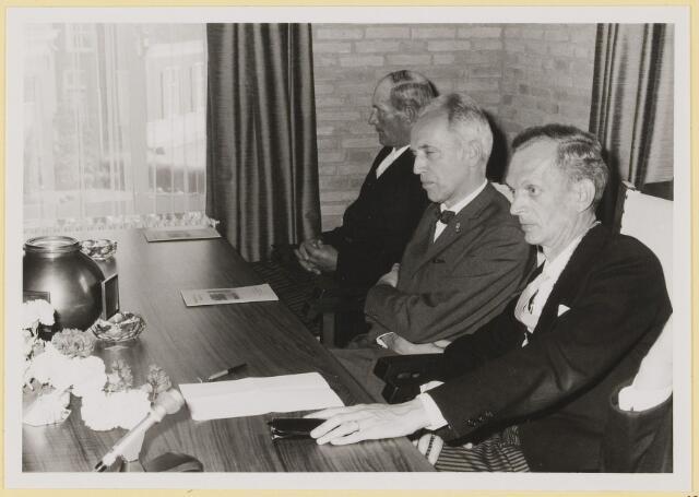 072942 - Opening gemeentehuis door de Commissaris van de Koningin Kortmann.  Bijzondere raadsvergadering. Aandachtige luisteraars bij toespraak W.van Dijk.
