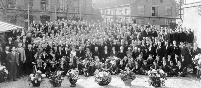 065862 - Textielindustrie. Directeur L.E. van den Bergh, zijn familie en personeel bij de viering van het 50-jarig bestaan van de firma. De wollenstoffenfabriek L.E. van den Bergh NV was gevestigd aan de St. Josephstraat 127. Van den Bergh stond bekend als een strenge werkgever. In 1908 sloot hij zijn fabriek enkele dagen, omdat iemand in de fabriek hard geroepen had. Pas toen de dader zich meldde ging de productie weer van start.