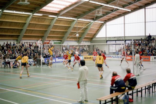 D-000331-4 - Volleybal wedstrijd in een sporthal (bouwbedrijf Pelikaan)