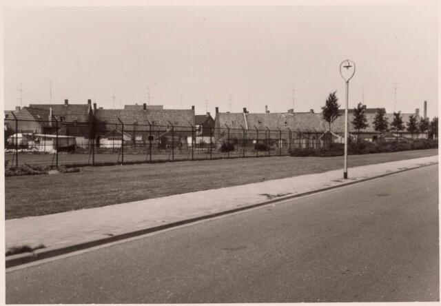 022462 - Achterzijde van woningen aan de Hoevenseweg gezien vanaf de Ringbaan-Zuid