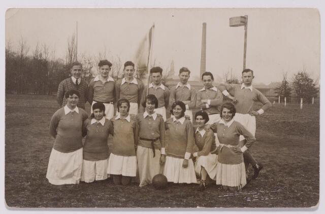 043649 - In 1931 vierde korfbalclub O.N.A. haar tienjarig bestaan. De foto werd genomen in het gemeentelijk sportpark aan de Goirleseweg. In het midden op de achtergrond de toren van de Korvelse kerk. Staande tweede van rechts Leo van Rijswijk.