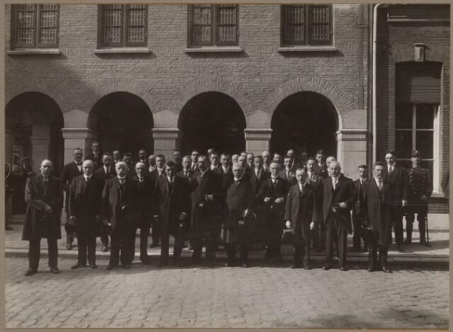 072205 - Foto genomen t.g.v. de officiële opening van het nieuwe gemeentehuis, gebouwd op de plaats van het voormalige raadhuis dat in 1918 door brand verloren ging. De architect was Th. Taen. Vooraan de leden van de gemeenteraad, v.l.n.r. A. Schellekens, A. van de Pol, P. Vermeulen, A.C. Bekkers, A. de Brouwer, J.B. Rens (burgemeester), A. van Vugt (secretaris), A.J. Appels, J.C.H. Vekemans, C. v.d. Lisdonk, J.C. v.d. Berg. Geheel rechts gemeenteveldwachter C. van Beek. Verder op de achterste rij links achter A. de Brouwer; P.J. Smits, rechts achter J.B. Rens; C.J.H. van Gestel.
