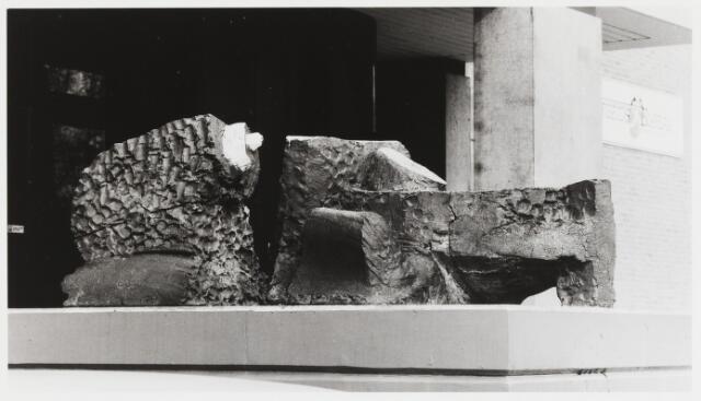 067811 - HET LICHAAM VAN DE ZEE. Keramiek van David van de KOP (Den Haag 1937 – Dreischor 1994), aangebracht op de voorgevel van het Arbeidsbureau Midden-Brabant aan de Alleenhouderstraat.  Trefwoorden: Kunst, openbare ruimte.