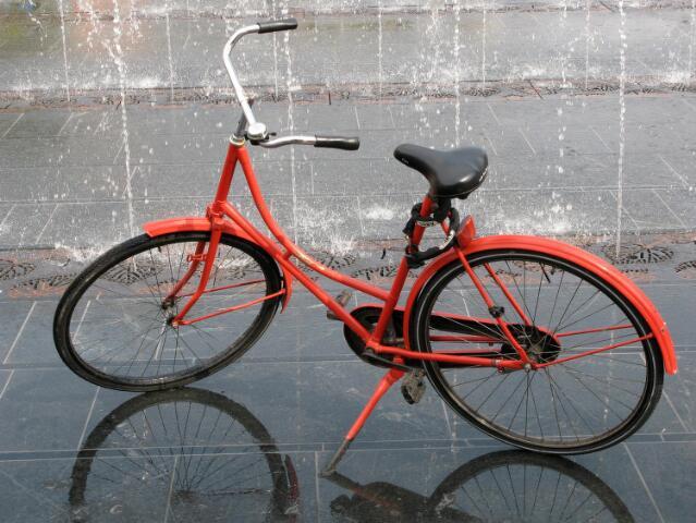 603012 - Fotowedstrijd. Oranje fiets bij de fonteintjes op de Heuvel.