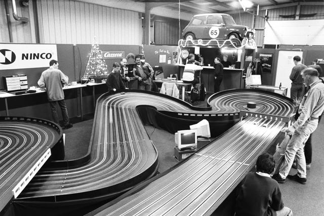1237_002_196_003 - Middenstand. Ondernemer. Auto Brouwer in Tilburg op 23 december 2000. Er is een miniatuur racebaan opgebouwd.