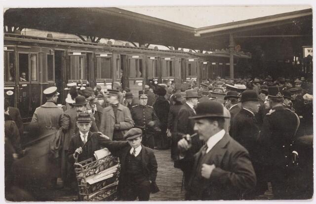 042282 - Eerste Wereldoorlog. Belgische vluchtelingen. Aankomst op het station.