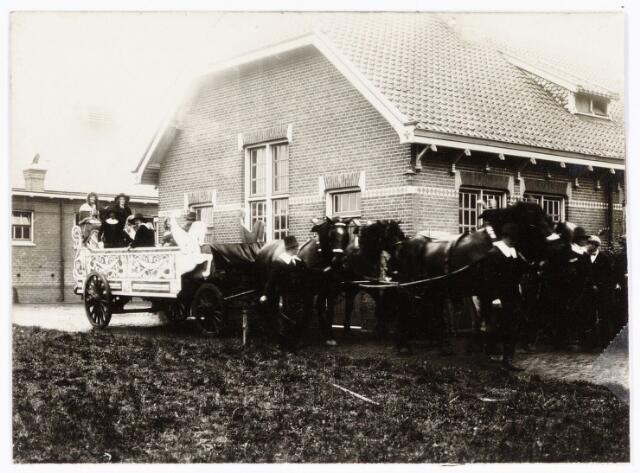 048889 - Praalwagen voor de optocht ter gelegenheid van de kroningsfeesten bij het jubileum van koningin Wilhelmina opgesteld bij de Kromhoutkazerne te Tilburg.