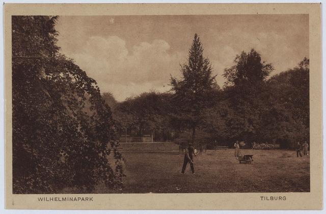 002975 - Wilhelminapark met in het midden achter de tuinman de Wilhelminaboom.