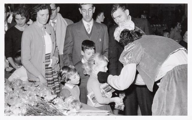 038716 - Volt. Oosterhout. Sint Nicolaasviering voor de kinderen van het personeel in 1960. Fabricage- of productie vond in Oosterhout plaats van april 1951 t/m 1967. Sinterklaas. St. Nicolaas