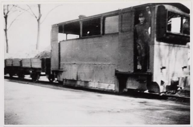 041470 - Openbaar vervoer. Hollandse Buurtspoorwegen. Foto: locomotief bij Drunen van de tramlijn Tilburg - Waalwijk -  's-Hertogenbosch. (1934-35)
